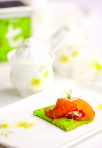 GREEN TEA & JASMINE FLOWER CRACKER WITH GRAVLAX SALMON AND KUMBAWA CREAM